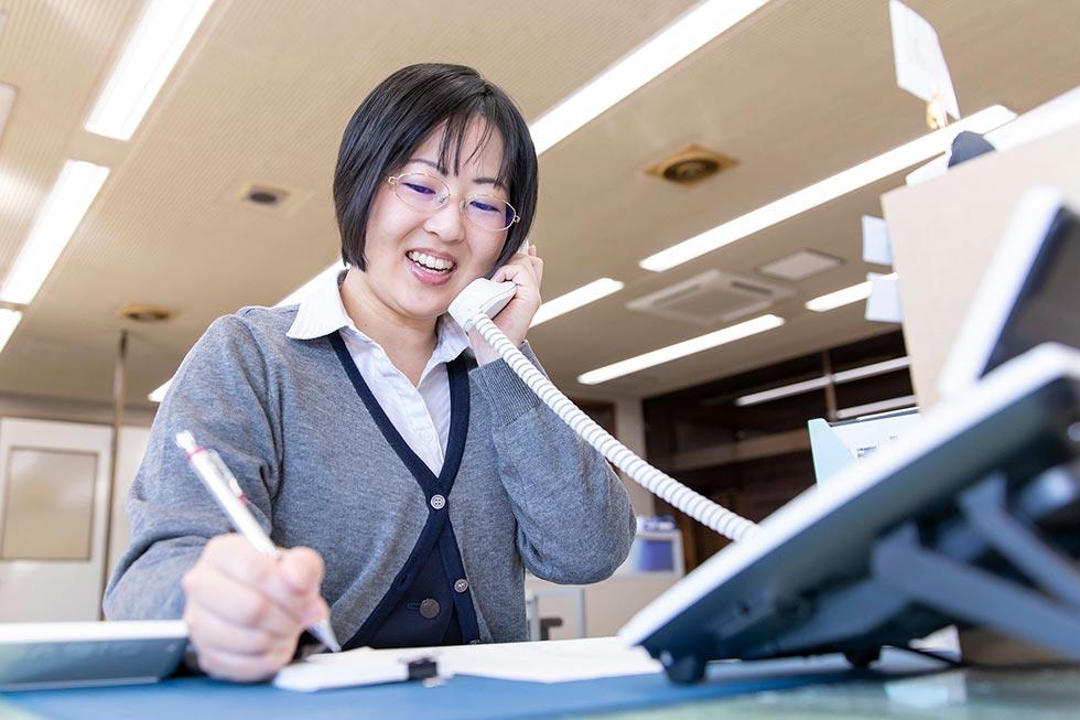 米国にも支社があるため英語での電話対応や、来客があったときは通訳もします